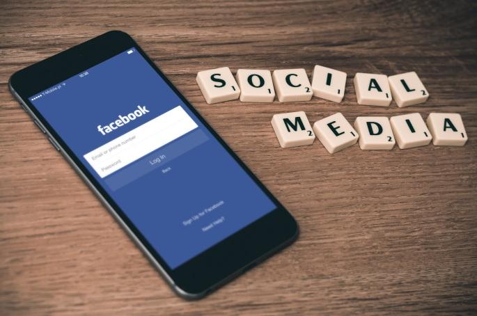 iphone-smartphone-mobile-cloud-technology-social-730863-pxhere.com